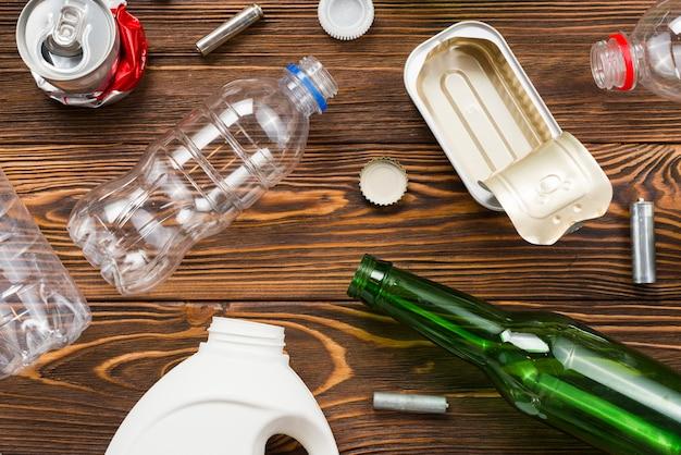 Layout of recyclage set de tri des ordures sur table Photo gratuit