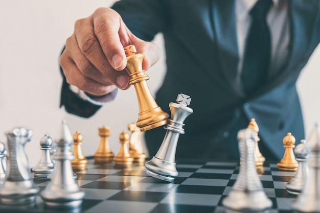 Le Leadership D'un Homme Jouant Aux échecs Et Réfléchissant Au Plan Stratégique En Cas De Collision Renverse L'équipe Adverse Photo Premium