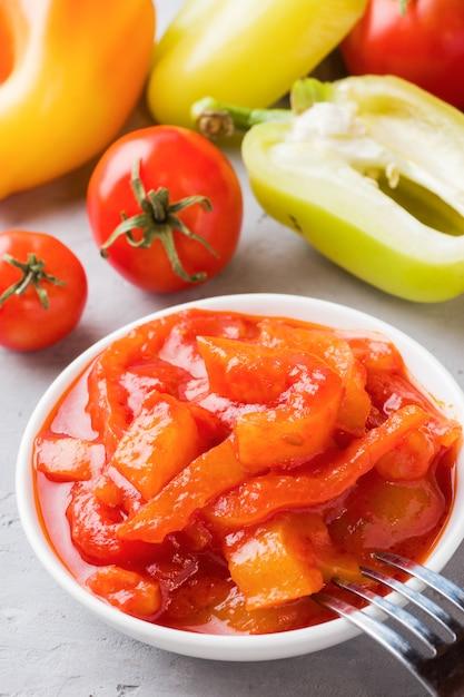 Lecho en conserve des poivrons et des tomates, récolte pour l'hiver Photo Premium