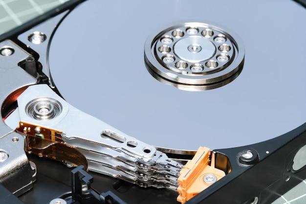 Lecteur de disque dur de la broche et de la plaque ouvert hdd: mise au point de la pile de prises de vue macro. Photo Premium