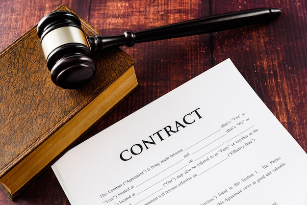 La légalité d'un contrat est dictée par un juge en cas de demande. Photo Premium