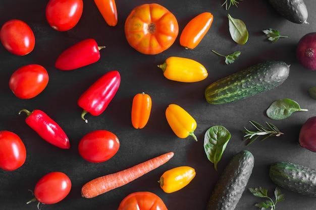 Légumes biologiques frais sur un fond sombre. vue de dessus Photo Premium