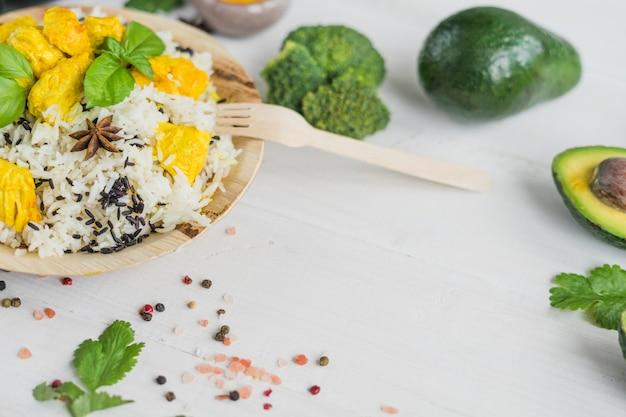 Légumes biologiques et plats savoureux sur une planche en bois blanche Photo gratuit