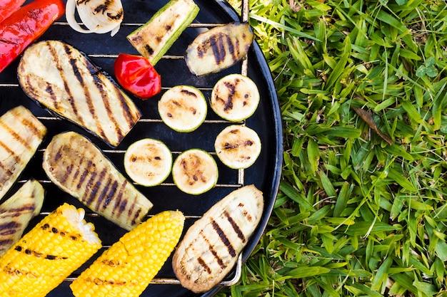 Légumes chauds sur le gril à l'extérieur Photo gratuit