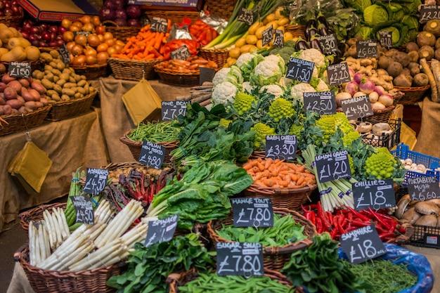 Légumes colorés au marché Photo gratuit