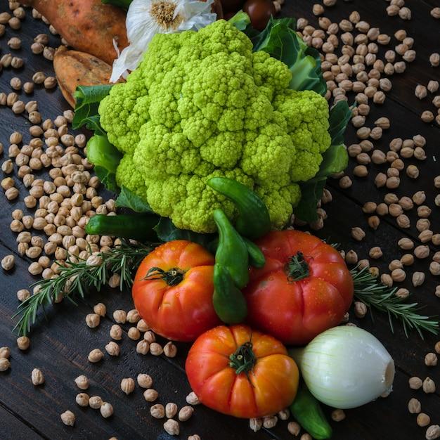 Légumes colorés et fond sombre de pois chiskis. Photo Premium