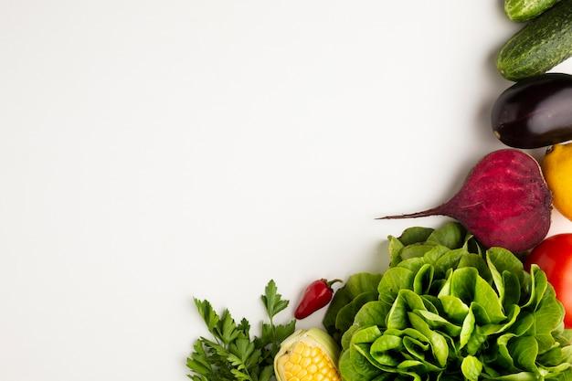 Légumes colorés vue de dessus sur fond blanc avec espace de copie Photo gratuit