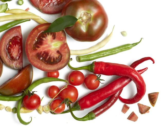 Légumes Crus Frais Isolés Sur Une Surface Blanche Photo Premium