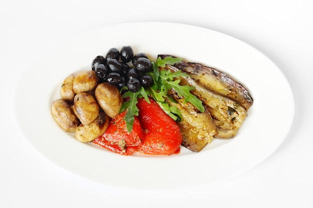 Légumes cuits au feu sur une plaque blanche ene fond blanc Photo Premium