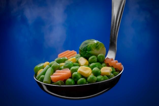 Légumes Cuits à La Vapeur Dans Une Louche Photo Premium