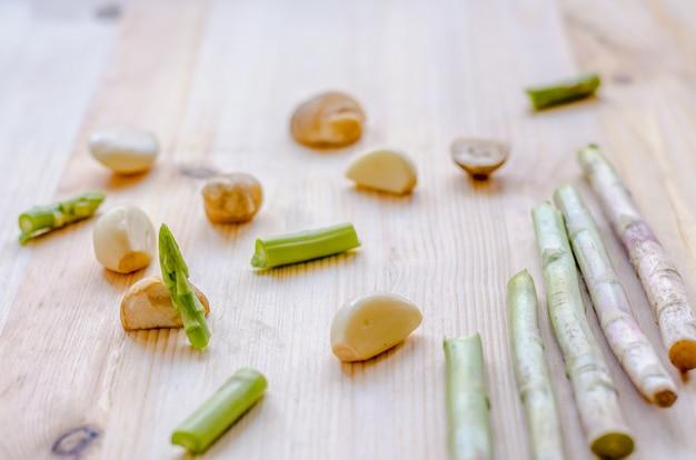 Légumes de fond de conception abstraite sur un fond en bois Photo Premium