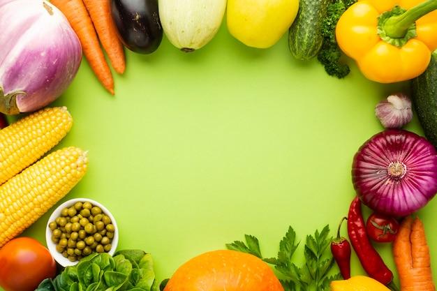 Légumes sur fond vert avec espace de copie Photo gratuit