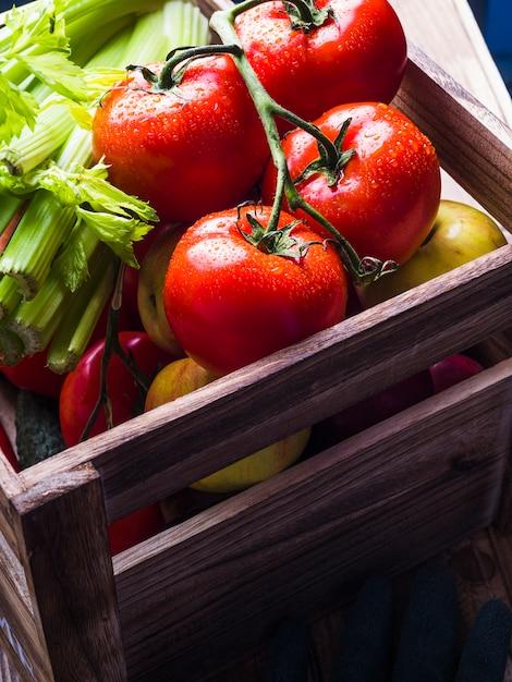 Légumes fraîchement mûrs dans une caisse en bois Photo gratuit