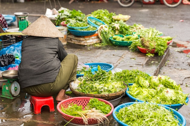 Légumes frais au marché de rue traditionnel à hoi an au vietnam Photo Premium