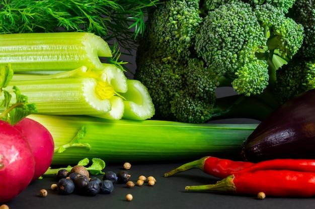 Légumes frais sur fond noir Photo Premium