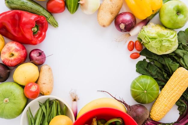 Légumes frais isolés sur fond blanc avec un espace pour écrire le texte Photo gratuit