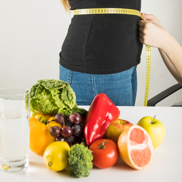 Légumes frais et sains devant une femme diététicienne patiente examinée à la clinique Photo gratuit