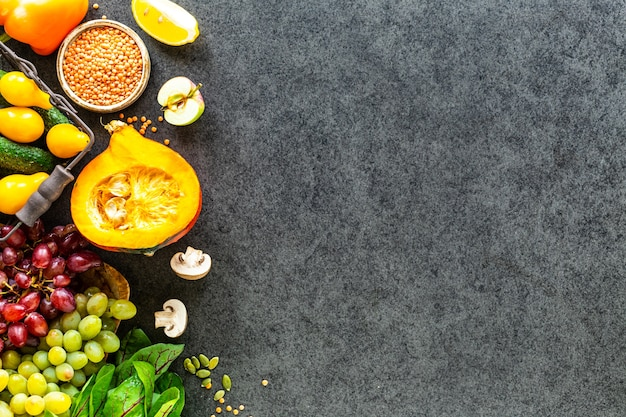 Légumes Frais Sur Une Surface En Pierre Sombre Photo gratuit