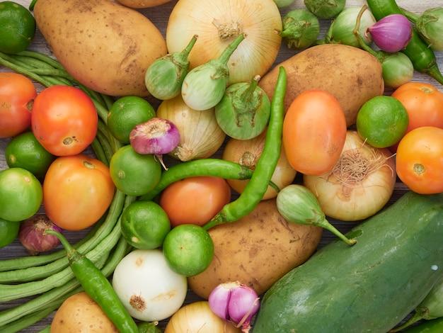 Légumes Frais Sur La Vieille Table En Bois Photo Premium
