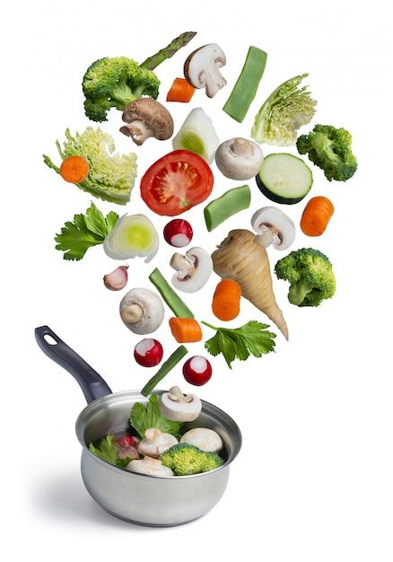 Légumes Frais Voler Dans Une Casserole, Isolés Sur Blanc Photo Premium