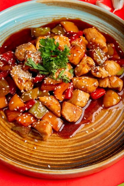 Légumes frits et poulet en sauce au sésame Photo gratuit
