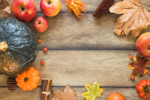Légumes et fruits sur planche de bois Photo gratuit