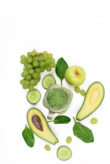 Légumes Et Fruits Verts Sur Une Surface Blanche Photo Premium