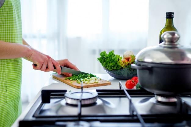 Légumes Hachés Sur Une Planche à Découper Pour Les Plats De Légumes Et Les Salades Fraîches à La Cuisine à La Maison. Préparation De Cuisine Pour Le Dîner. Des Aliments Sains Et Propres Et Une Nutrition Appropriée Photo Premium