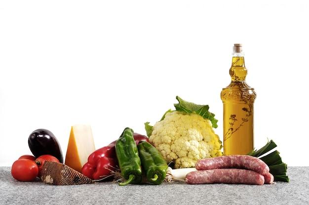 Légumes et huile de fromage et de saucisse Photo Premium