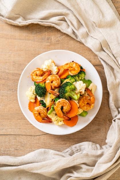 Légumes Mélangés Sautés Aux Crevettes Photo Premium
