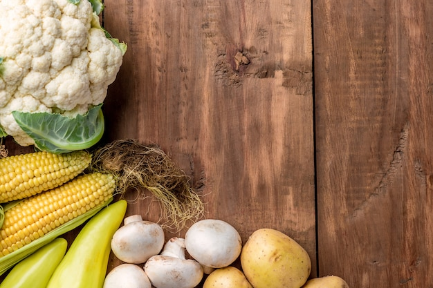 Les Légumes Multicolores Sur Fond De Table En Bois Photo gratuit