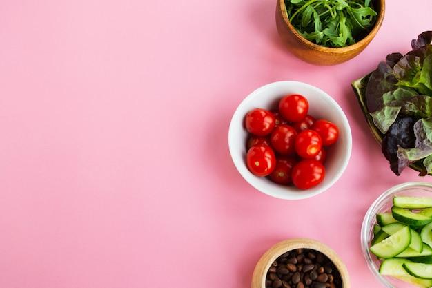 Légumes et noix sur un fond rose. espace pour le texte Photo Premium