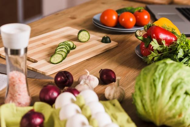 Légumes avec oeufs crus et épices sur table Photo gratuit