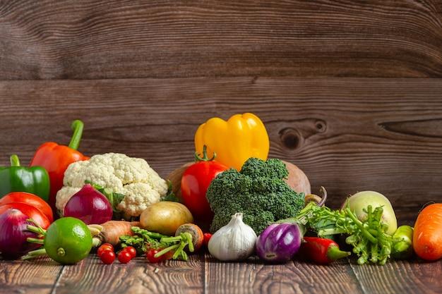 Légumes Sains Sur Table En Bois Photo gratuit