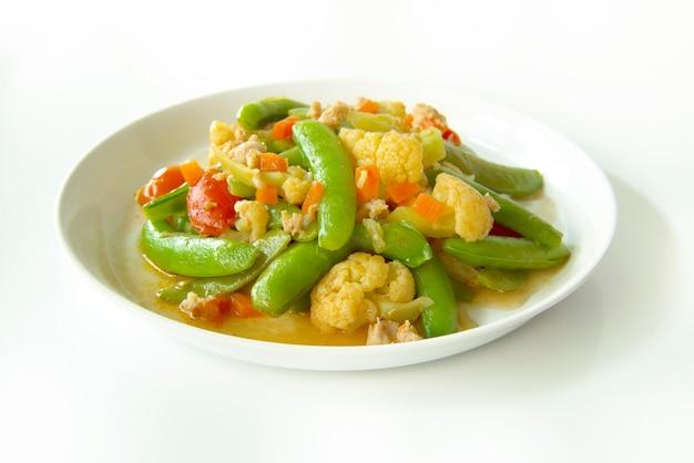 Légumes Sautés Isolés Sur Fond Blanc Photo Premium