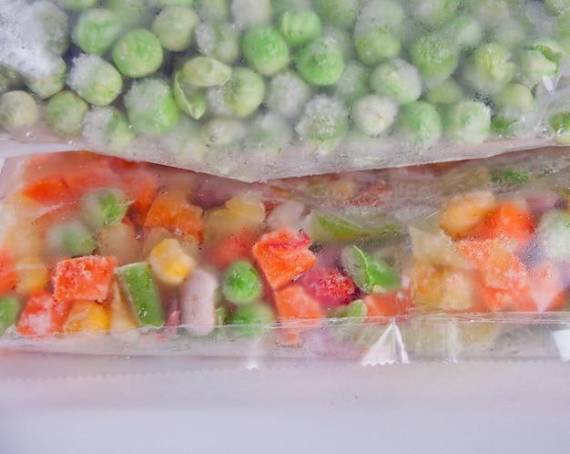 Légumes surgelés dans un sac en plastique. concept de stockage des aliments sains. Photo Premium