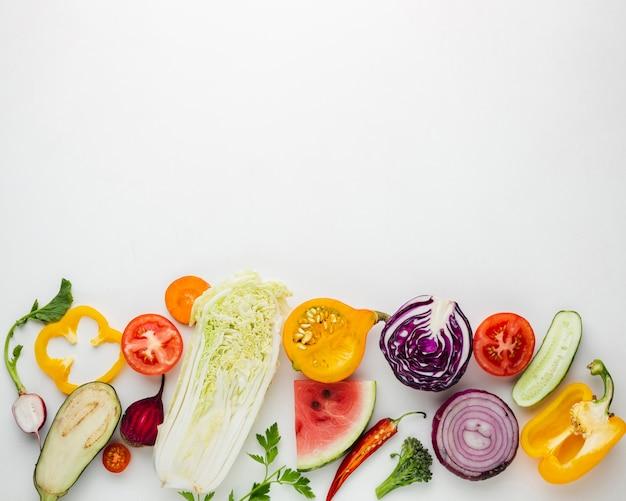 Légumes en tranches sur fond blanc avec espace de copie Photo gratuit