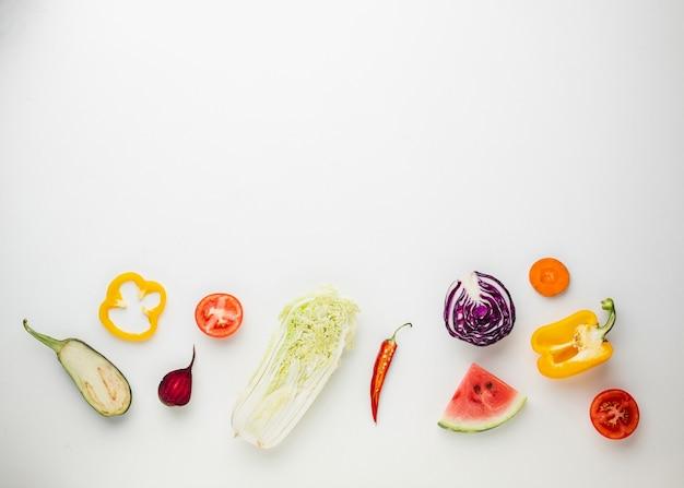 Légumes en tranches sur fond blanc Photo gratuit