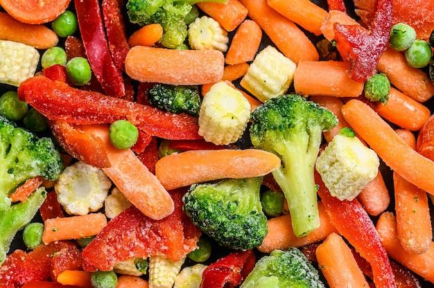 Légumes Tranchés à Froid Surgelés, Brocoli, Poivrons Doux, Tomates, Carottes, Pois Et Maïs Photo Premium