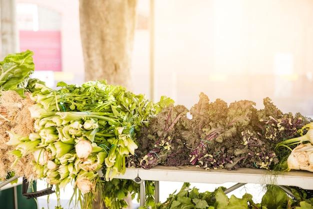 Légumes verts arrangés dans le marché pour la vente Photo gratuit