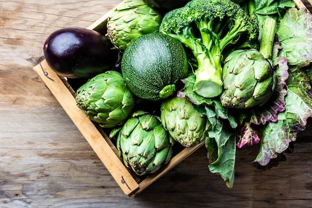 Légumes Verts Biologiques Frais Dans Une Boîte En Bois Photo Premium