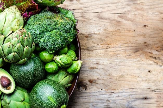 Légumes Verts Biologiques Frais Dans Un Pot En Argile. Photo Premium