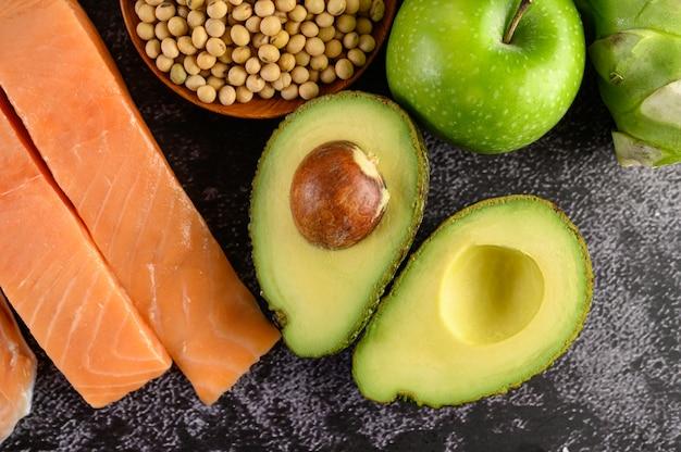 Légumineuses, Fruits Et Saumon Placés Sur Un Sol En Ciment Noir. Photo gratuit