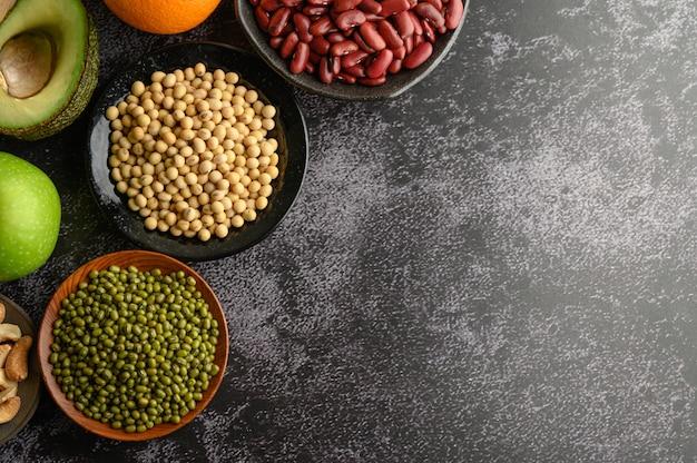Légumineuses Et Fruits Sur Sols En Ciment Noir. Photo gratuit