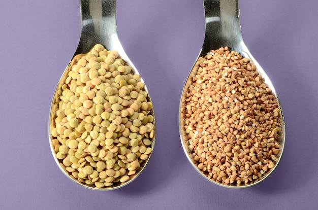 Lentilles buckwheat dans une cuillere Photo Premium