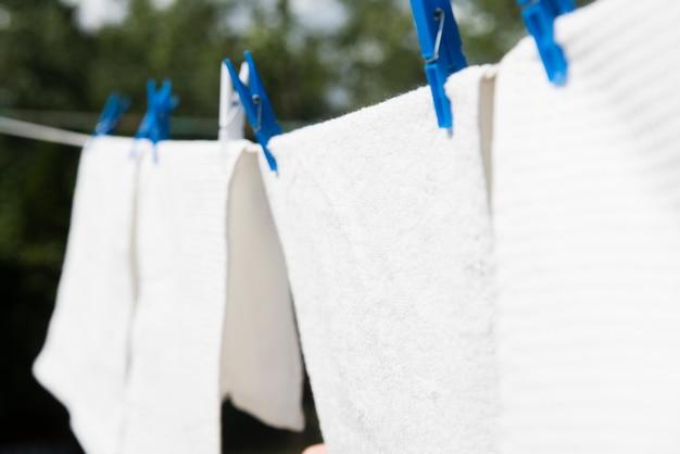 Lessive blanche suspendue à une ficelle à l'extérieur Photo gratuit