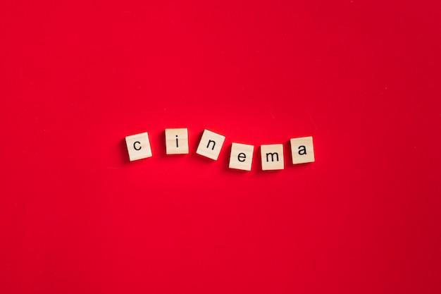 Lettrage De Cinéma à Plat Sur Fond Rouge Photo gratuit
