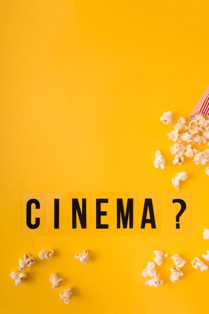 Lettrage De Cinéma Vue De Dessus Sur Fond Jaune Avec Espace De Copie Photo gratuit