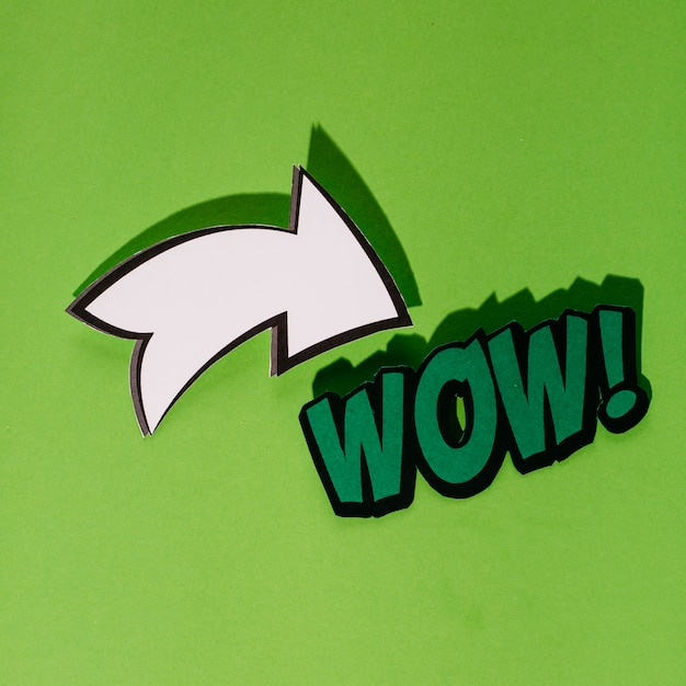 Lettrage comique wow dans un style rétro pop art avec une flèche blanche Photo gratuit