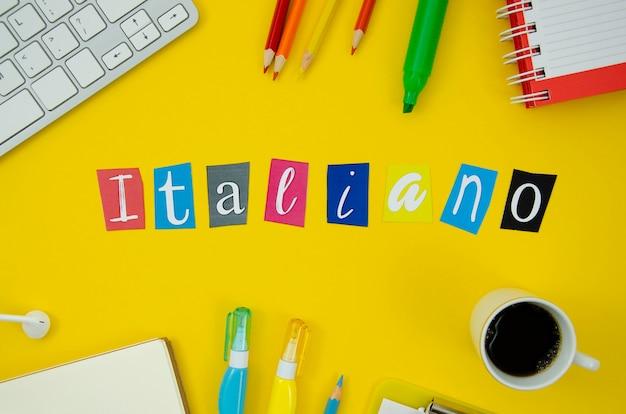 Lettrage italien sur fond jaune Photo gratuit